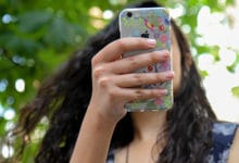 Majida z jej smartfonem