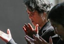 Kobiety modlące się w kościele w Chinach
