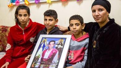 Hana z synami Miną i Marco trzymają obraz Ajada