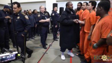 """Photo of """"To misja, nie show"""": Kanye West zaskakuje więźniów uduchowionym nabożeństwem modlitewnym"""